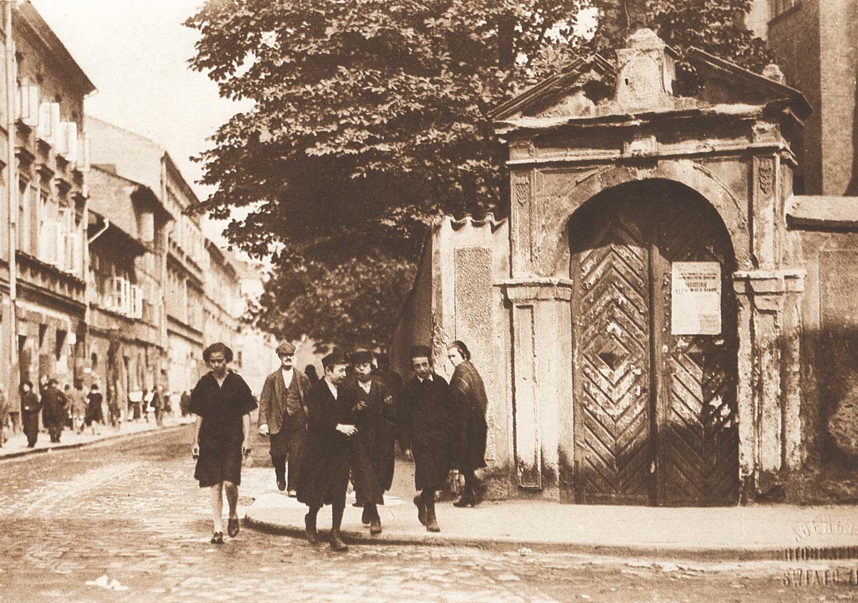 Foto på judiska barn i den polska staden Krakow