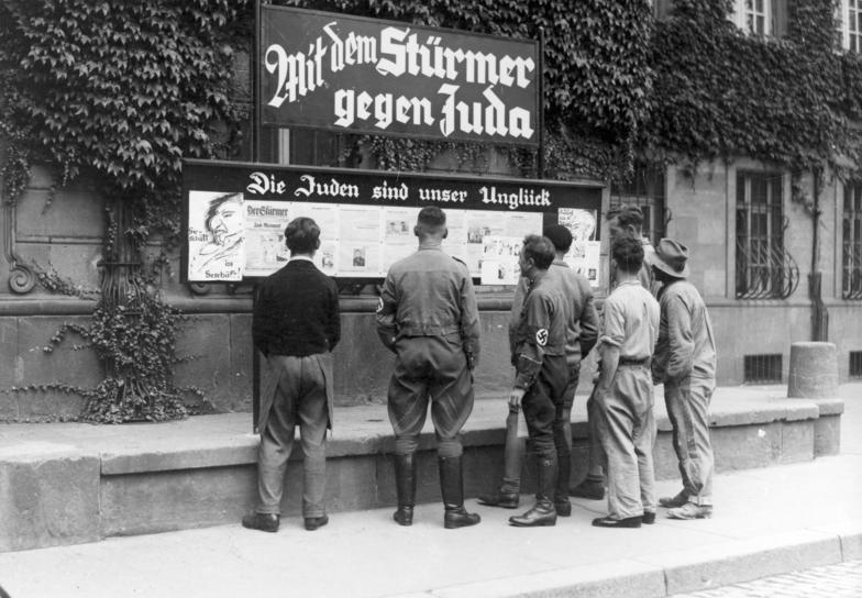 Antisemitisk propaganda i form av en väggtidning i Nazityskland