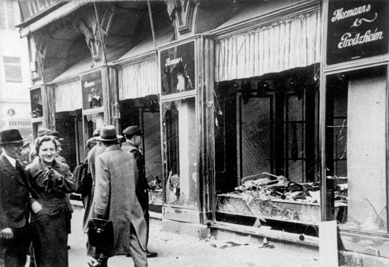Foto på en judisk affär som slagits sönder och plundrats