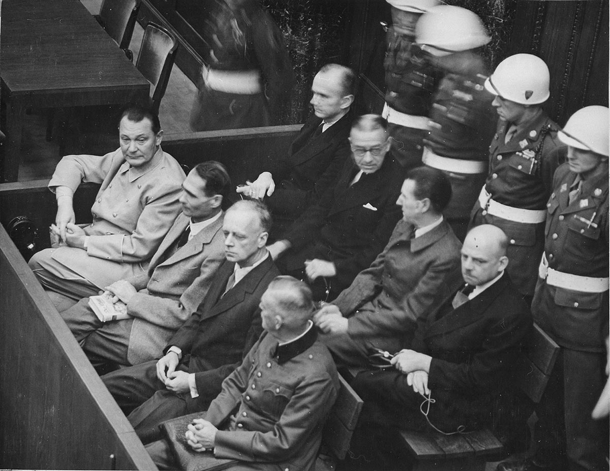 Foto på åtalade nazister i rättssalen