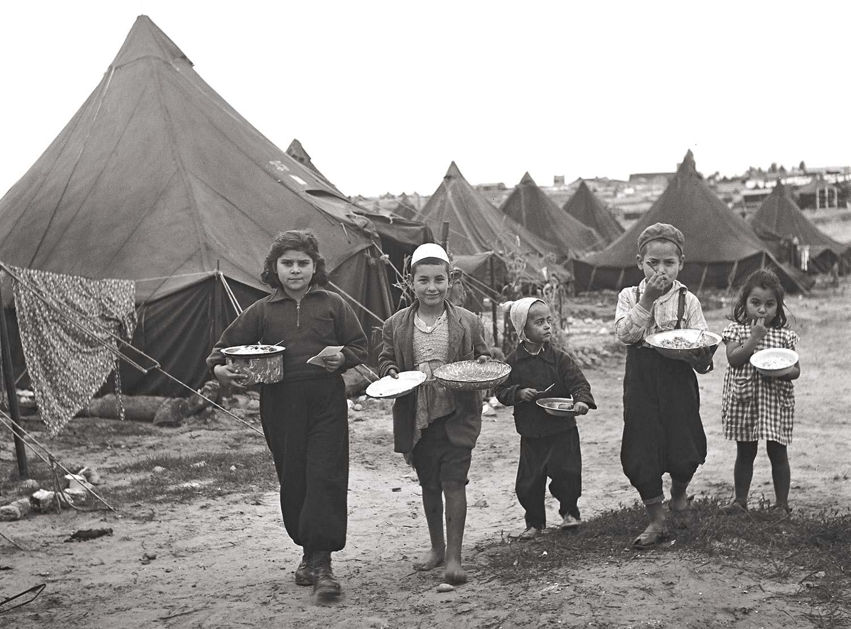 Foto på barn framför tält