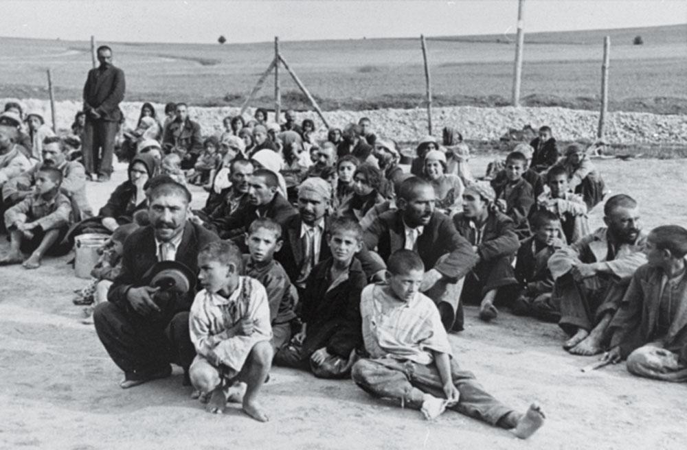 Foto från 1940 på romska fångar, både vuxna och barn, i ett nazistiskt arbetsläger