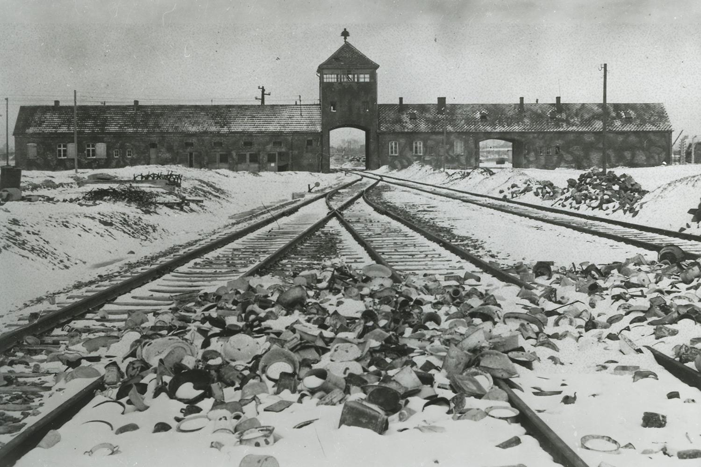 Vy på järnvägsspåren som leder in i Auschwitz-Birkenau