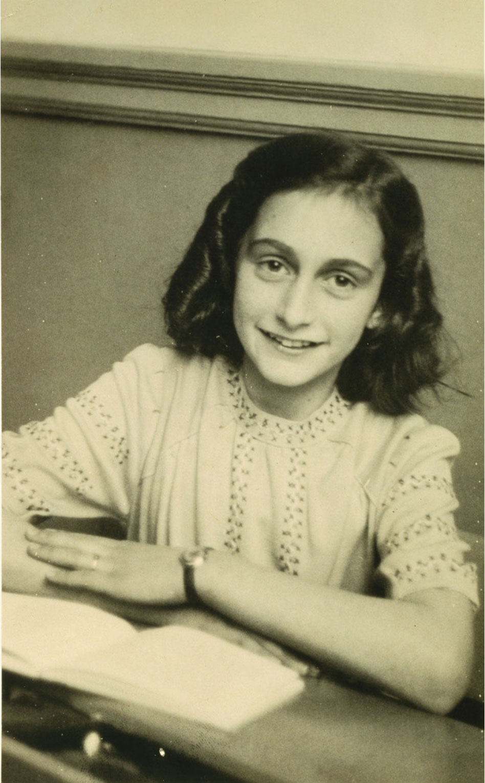 Fotografi på Anne Frank med en bok